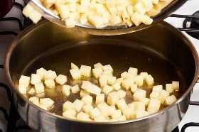 Freír la patata en cubitos