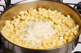 Cebollas Y Patatas En Sartén