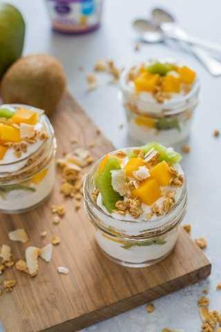 Sobremesa congelada de iogurte de frutas tropicais com kiwi, manga, granola e iogurte: biscoito inteligente