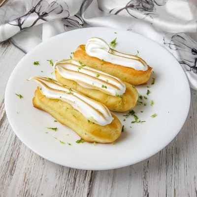 Estos Eclairs de merengue de lima tienen la mitad del tamaño, ¡pero TODO el sabor! El relleno de crema de limón está perfectamente equilibrado por el dulce y ligero merengue. Desde https://www.babaganosh.org