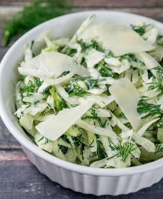 Esta crujiente ensalada de hinojo con eneldo es absolutamente adictiva con el delicioso queso parmesano mezclado en el aderezo. ¡Es muy fácil de hacer y se convertirá en un favorito de la familia en ningún momento! Desde www.babaganosh.org