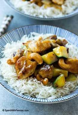 Un tazón de pollo con anacardos y arroz.