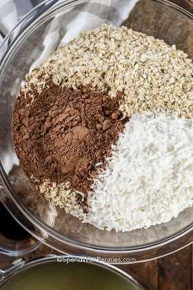 Ingredientes para macarrones de chocolate en un tazón claro como avena, coco y cacao en polvo.