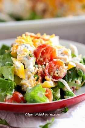 Una porción de ensalada de siete capas en un plato rojo