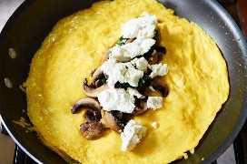 Hacer tortilla de espinacas con queso de cabra en una sartén