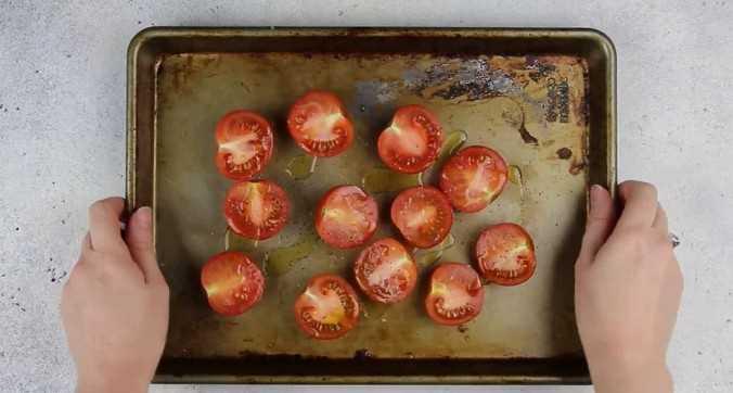 Imagen de tomates en una asadera.