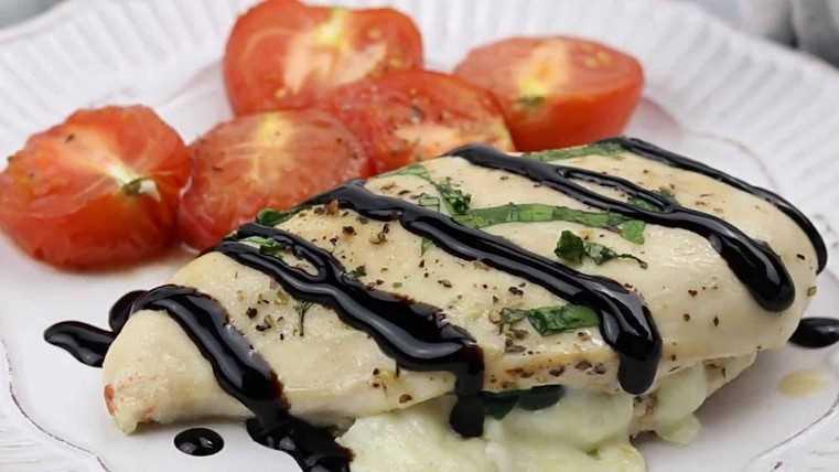 Imagen de mozzarella y espinacas rellenas de pechuga de pollo en un plato