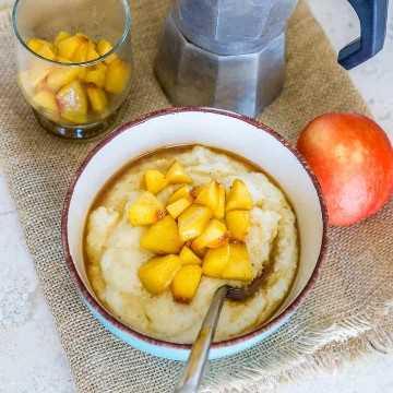 Sémola para el desayuno con cobertura de melocotón caramelizado