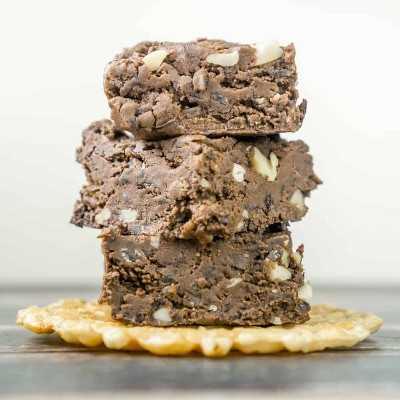 Saludable, dulce de leche, mantequilla de maní, brownies sin hornear. ¿Hay algo mejor que esto? ¡Estos bollitos de mantequilla de maní no horneados son fáciles de hacer!