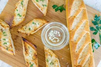 Shakshuka verde con pan de ajo hecho en casa
