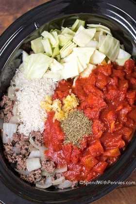 Ingredientes crudos para la sopa de rollos de repollo en una olla lista para cocinar