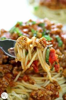 Tenedor lleno de espaguetis con salsa de pasta casera