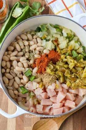 Ingredientes para el pollo blanco en un horno holandés.