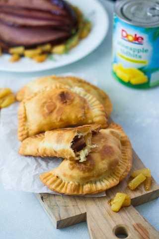 Empanadas de jamón glaseado y piña ~ Un delicioso aperitivo o una cena rápida de sobras preparada con todos los sabores del jamón glaseado de vacaciones. #ad #VidaDole