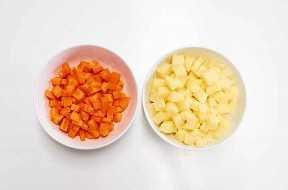 Patata Picada Y Zanahoria En Tazones