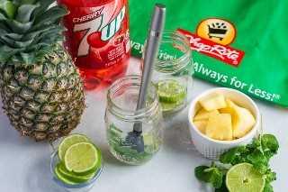 Mojito de cereza y piña ~ Un cóctel divertido y refrescante hecho con limas, jugo de piña, ron, hojas de menta y cereza 7UP®. # ad # MixItUpaLittle