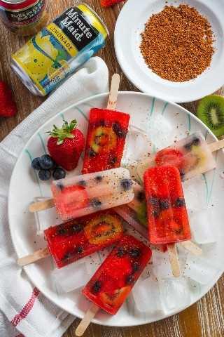 Fácil palomitas de frutas y paletas de limonada con Tajin ~ Fácil y refrescante paletas de frutas y limonadas rellenas de fresas, arándanos y kiwi y rociadas con Tajin para agregar sabor.