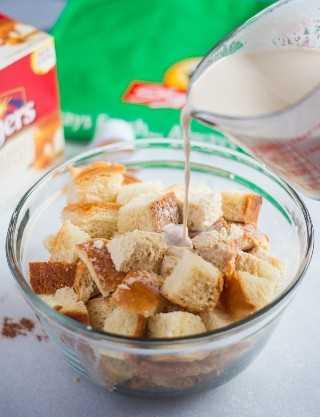 Este pudim de pão de café com caramelo é delicioso e feito com pão de chalá, café e regado com um delicioso molho de caramelo. #announce