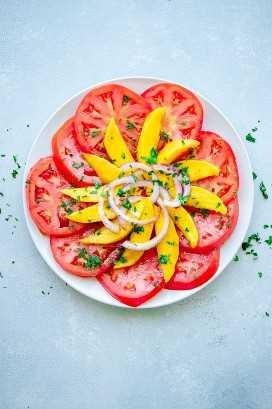 Receta de ensalada de tomate con mango, cebolla roja y cilantro.