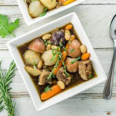 ¡Un toque divertido en el estofado irlandés, esta receta utiliza frijoles y vegetales para bebés, carne de res y Guinness para crear una receta de guiso gourmet verdaderamente deliciosa, deliciosa!