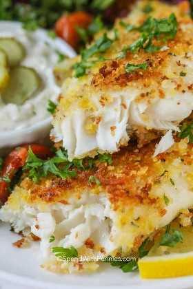 Un plato de tierna tilapia crujiente de parmesano crujiente