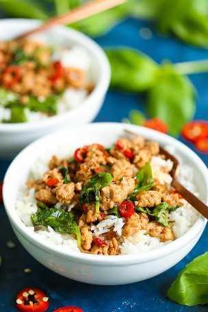 Tigelas de frango com manjericão tailandês - Uma refeição de 30 minutos com menos de 400 calorias por porção? SIM E SIM !!! É tão rápido de preparar, barato e MUITO BOM!