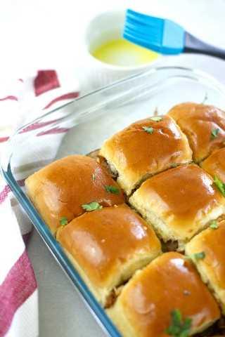 Sliders cubanos hechos con cerdo asado, jamón, queso suizo, encurtidos y mostaza. - Pequeña galleta inteligente