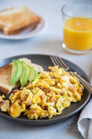 Ovos mexidos macios e fofos com presunto e queijo.
