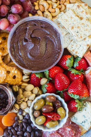 Prato de festa doce e salgado ~ Feito com ingredientes doces e salgados, como hummus de frutas, nozes, biscoitos, queijo, presunto e chocolate. Este prato é o lanche perfeito para a reunião do seu próximo amigo. # ad # AllFlavorNoGuilt # ChocolateHummus