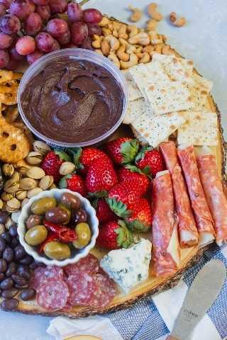 Plato de fiesta dulce y salado ~ Hecho con ingredientes dulces y salados como frutas, nueces, galletas, queso, jamón y hummus de chocolate. Esta fuente es el aperitivo perfecto para la reunión de tu próximo amigo. # ad # AllFlavorNoGuilt # ChocolateHummus