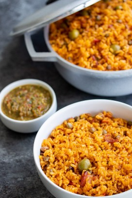 Arroz con gandules arroz tradicional puertorriqueño con guisantes con sofrito en la receta de lado