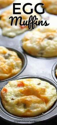 ¡Los deliciosos muffins de huevo hechos por adelantado son el desayuno perfecto para llevar! ¡El queso y los huevos cargados con sus ingredientes favoritos son rápidos, fáciles y se calientan en solo 30 segundos! #spendwithpennies #easyrecipe #makeahead #eggmuffins #holidays #brunchrecipe #withcheese #easybreakfast