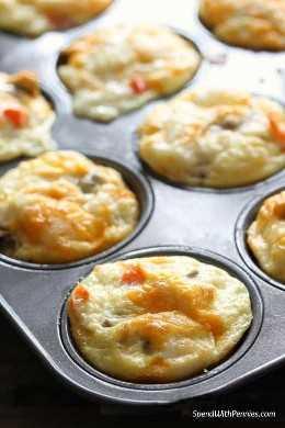 As xícaras de ovos com baixo teor de carboidratos naturalmente tornam o café da manhã fácil de preparar.