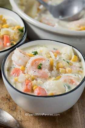 Un tazón de sopa cremosa de mariscos - calentamiento del vientre y delicioso!