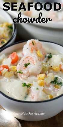 Una cremosa receta de sopa de mariscos en un tazón!