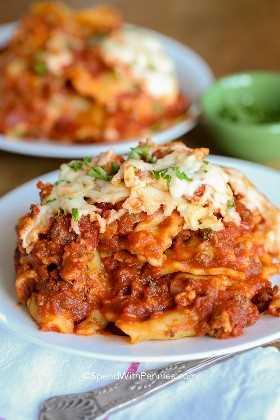Lazy Crock Pot Lasagna hecho con raviolis en un plato.