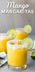 Margaritas de mango adornadas con una rodaja de limón