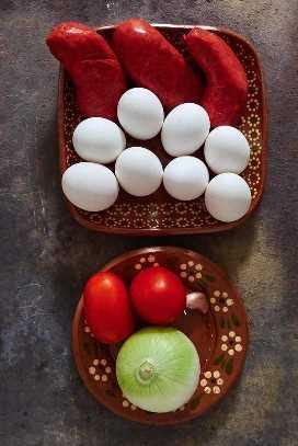 Ingredientes para hacer huevos revueltos y chorizo.