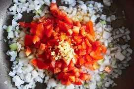 Salteando Cebollas Tomates Ajo