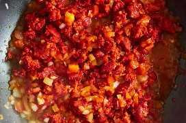 Cocinando Chorizo Con Tomate Y Cebolla