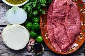 Ingredientes para hacer tacos de carne de vacuno rallado
