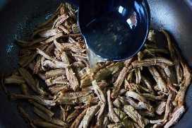 Agregar caldo de res a la carne de taco