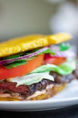 Sanduíche de Jibarito de banana com bife Churrasco Tomate Cebola Alface Pode Ketchup Coentro