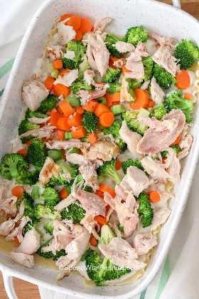 Lasaña de pollo con pollo y verduras en una fuente para hornear.