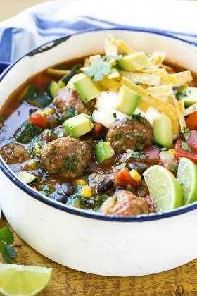 Sopa mexicana de albóndigas cargada con albóndigas de res sazonadas, frijoles negros y muchas verduras
