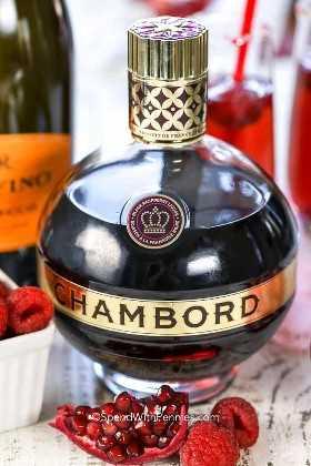 La frambuesa mimosa contiene un licor de frambuesa como el de Chambord que se muestra aquí.