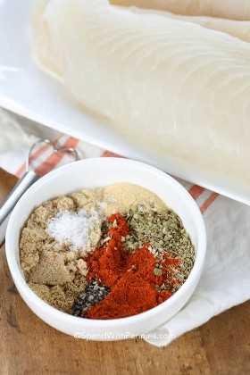 Mezcla de condimento ennegrecido en un tazón para hacer tilapia ennegrecida