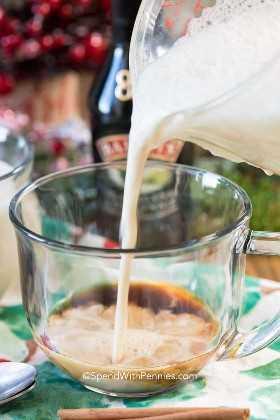Este boozy Eggnog Latte es un delicioso toque del clásico ponche de huevo con un toque de crema irlandesa Baileys. No se requiere equipo especial de lujo para hacer este delicioso café con leche en casa, ¡así que es la bebida perfecta para que todos la disfruten en los inviernos fríos!