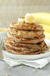 Panqueques de proteína de nuez se unen en un instante. Con los plátanos frescos, el panqueque de proteínas mezcla un toque de canela y un puñado de nueces, las harás una y otra vez.