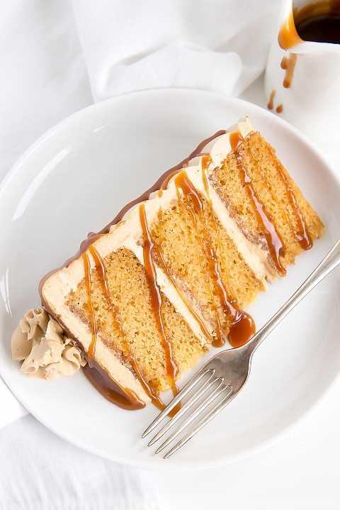 Rebanada de pastel de caramelo en un plato, rociado con más caramelo.